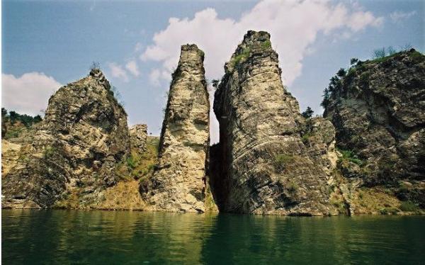 建昌龙潭大峡谷风景区在葫芦岛市建昌县老大杖子乡境内,紧临秦皇岛、葫芦岛、朝阳三市,距北京330公里 ,天津324公里 ,沈阳440公里 ,交通便利。龙潭大峡谷是整个东北地区唯一的峡谷,龙潭大峡谷自然风景区人称北方的小西藏,美丽的风景都在峡谷里。峡谷总长52公里 ,纵深648米 ,最宽处210米 ,更有数不清的分支峡谷。那里集山、水、洞、石、瀑、峡景观为一体。 它是东北罕见的地中山、谷中景、奇峰秀水,貌似五陵源。著名的景点有一谷、一狮、连二峦;六窦、六洞、十六潭;八门、八岩、九奇峰;十八瀑布贯龙潭。全谷达