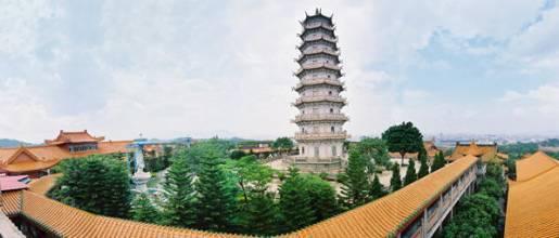 梅州千佛塔坐落于梅州市东郊大东岩山顶。   据清光绪《嘉应州志》载,由南汉王刘鋹始建于大宝八年(公元965年),距今已有一千多年历史。铁塔分为七层,身高4.2米,呈四方形,塔底边长1.6米,为生铁铸成,每面铸有大小佛像250个,四面合计为一千佛,故名千佛塔。原塔建于修慧寺,因寺毁,清乾隆初年嘉应州官王者辅将铁塔移于梅城东岩山顶,上面盖亭宇,周围筑栏杆,并砌石阶,以供游览者登临观赏。梅州千佛塔与广州光孝寺的东西铁塔是同一历史年代的遗物。梅州千佛塔按每一面计算,第二层有77尊佛、第三层67尊佛、第四层57尊佛