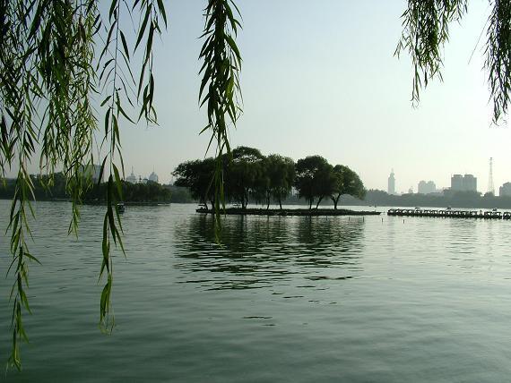 众泉汇流到风景秀丽的大明湖,构成了济南独特的泉水景观.