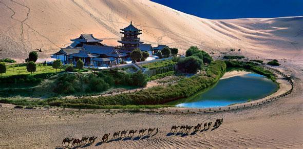 鸣沙山月牙泉风景名胜区,位于甘肃省河西走廊西端的敦煌市西南5公里处
